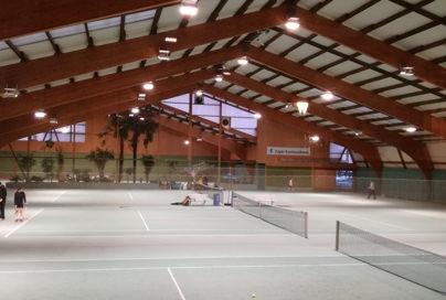 Blick über drei Tennis Hallenplätze des Sportcenter White-Line in Meierskappel