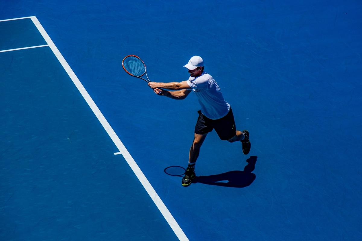 Tennisspieler auf Hartplatz